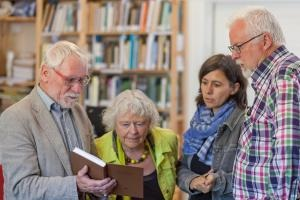 Axel Weber (left), grandson of the peatland scientist C. A. Weber, is visiting the Greifswald peatland library.